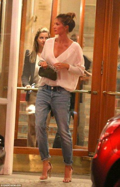 Gisele-Bundchen-Boyfriend-Jeans-Like-a-Celebrity-6