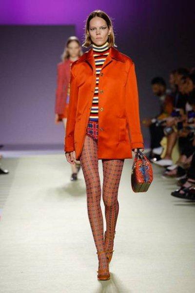 Τάση της μόδας Το κόκκινο σατέν παλτό acda34f4613