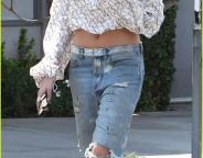 Hailey Baldwin-Boyfriend-Jeans-Like-a-Celebrity-1